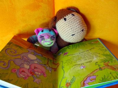 Mama Affe und Babyaffe lesen Geschichten vom Affen Mungo